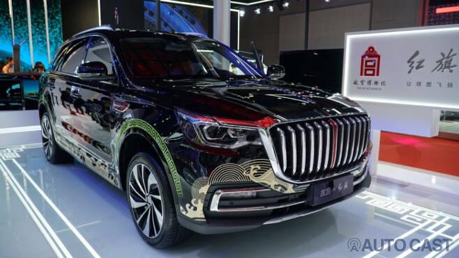 중국의 자부심이라는 브랜드 홍치의 대형 SUV. 헤드라이트와 그릴만 보면 어느 독일 브랜드가 떠오른다.