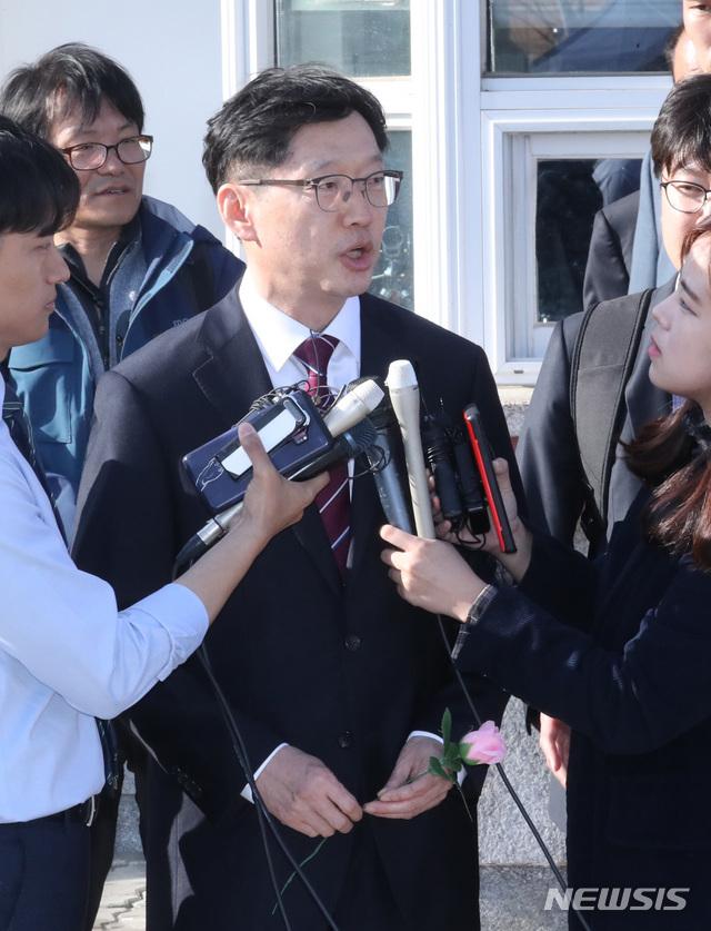 【서울=뉴시스】 전진환 기자 = 드루킹 댓글 조작에 가담한 혐의로 1심에서 실형을 선고 받고 법정 구속된 김경수 경남지사가 17일 오후 법원의 보석허가를 받고 경기도 의왕시 서울구치소를 나와 기자들과 인터뷰하고 있다. 2019.04.17. amin2@newsis.com