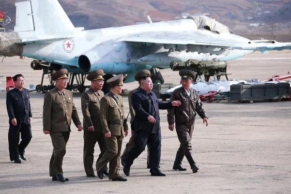북한 김정은 국무위원장이 16일 공군 제1017군부대 전투비행사들의 비행훈련을 현지 지도했다고 조선중앙TV가 17일 보도했다. 김정은 뒤편으로 북한이 운영하는 수호이-25 전투기의 모습이 보인다. /연합뉴스·조선중앙TV