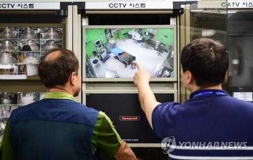 수술실 CCTV 점검하는 경기도립 안성병원 관계자들 [연합뉴스 자료사진]
