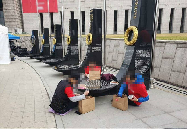 지난 20일, 한 기독교선교단체가 주관한 행사의 일부 참가자가 전쟁기념관에 있는 6·25전쟁 참전국 기념비를 밥상 삼아 식사하는 모습이 공개돼 논란이 되고 있다. [사진=전쟁기념관 홈페이지, 보배드림 커뮤니티]