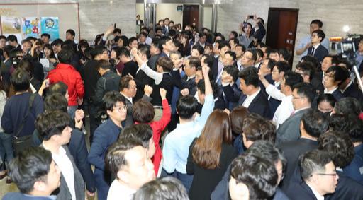 25일 밤 국회 사법개혁특위 개의를 저지한 자유한국당 의원, 보좌진이 구호를 외치고 있다.