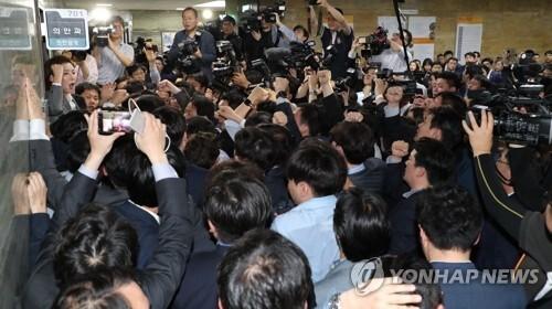 구호 외치는 한국당 (서울=연합뉴스) 김주형 기자 = 자유한국당 나경원 원내대표와 의원, 보좌진들이 국회 의안과 앞에서 경호권발동으로 진입한 국회 경위들을 저지하며 헌법수호를 외치고 있다.  kjhpress@yna.co.kr