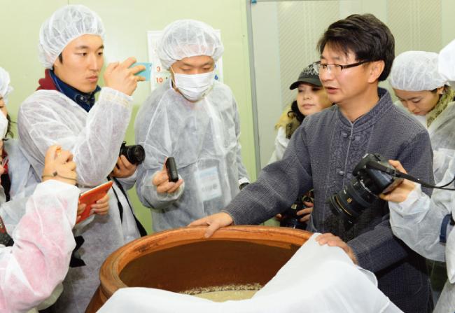 충북 단양 '대강 양조장'에서 조재구 대표(오른쪽)가 견학 프로그램을 진행하고 있다. [사진 제공 · 대강 양조장]