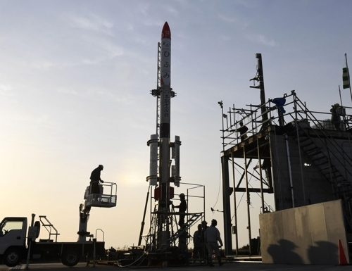 일본 민간 벤처기업 로켓 '모모 3호기' (다이키초[일본 홋카이도] 교도=연합뉴스) 지난달 30일 일본 홋카이도(北海道) 다이키초(大樹町)에서 일본 민간 벤처기업이 개발한 소형 로켓 '모모 3호기' 발사를 앞두고 관계자들이 작업 중이다. 2019.5.4