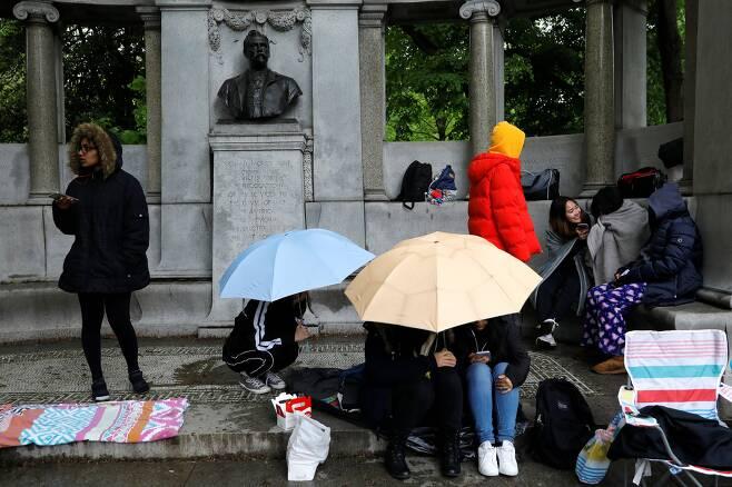 방탄소년단 팬들이 14일(현지시간) ABC 방송의 '굿모닝 아메리카' 프로그램이 열리는 센트럴 파크에서 우산을 쓰고 방탄소년단을 기다리고 있다. [로이터=연합뉴스]