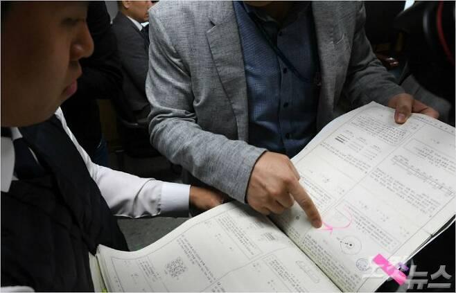 서울 강남구 수서경찰서에서 숙명여고 시험문제 유출 관련 압수물 내 동그라미로 표시한 곳에 해당 시험 문제의 정답이 순서대로 적혀있다.(사진=이한형 기자/자료사진)