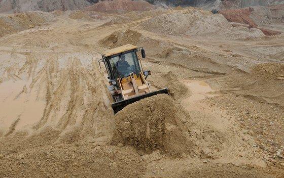 중국 장시성의 희토류 생산지 채굴 모습. 시진핑 중국 국가주석은 지난 20일 류허 부총리를 대동하고 이 지역을 시찰했다. [로이터=연합뉴스]