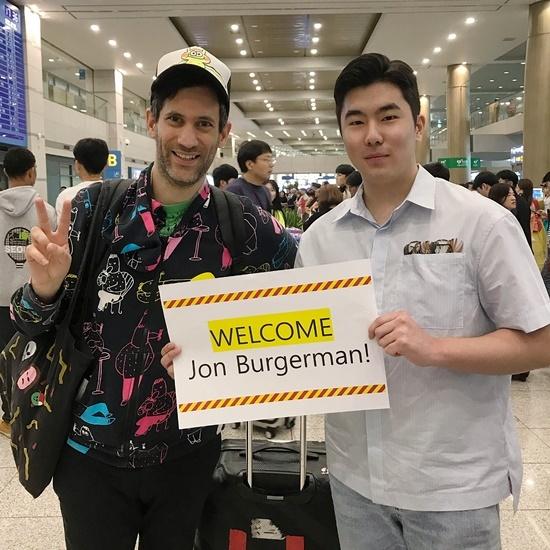 존버거맨이 인천공항 입국장에 도착해 M컨템포러리 송자호 수석큐레이터와 포즈를 취하고 있다.