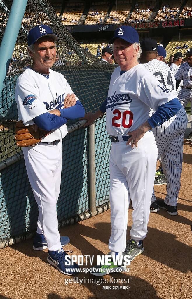 ▲ 다저스 레전드 샌디 쿠팩스(왼쪽)와 돈 서튼이 2013년 6월8일 미국 캘리포니아주 LA 다저스타디움에서 열린 올드 타이머 경기 전 대화를 나누고 있다.
