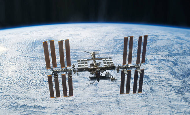 국제우주정거장(ISS)는 미세중력, 우주방사선 노출, 밀폐된 공간 등 지상과는 다른 특수한 환경을 갖췄다. 과학동아 제공