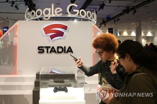구글 스트리밍 게임 서비스 '스타디아' 2019년 3월 20일 샌프란시스코에서 열린 '2019 GDC' 게임 개발자 콘퍼런스의 참석자들이 구글 부스에 전시된 스트리밍 게임 서비스 '스타디아'의 컨트롤러를 살펴보고 있다. [게티이미지/AFP 연합뉴스 자료사진]