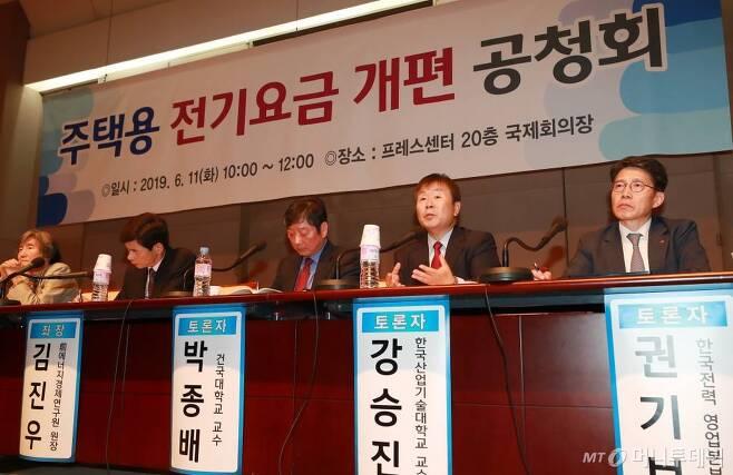 11일 오전 서울 중구 한국프레스센터에서 열린 '누진제' 관련 주택용 전기요금 개편 공청회에서 강승진 한국산업기술대학교 교수(오른쪽 두번째)가 발언을 하고 있다. / 사진=이동훈 기자 photoguy@