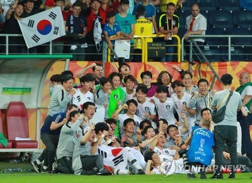 결승행 인증 (루블린[폴란드]=연합뉴스) 홍해인 기자 = 11일 오후(현지시간) 폴란드 루블린 경기장에서 열린 2019 국제축구연맹(FIFA) 20세 이하(U-20) 월드컵 4강전 한국과 에콰도르의 경기가 1-0 한국의 승리로 끝난 뒤 U-20 대표팀 정정용 감독, 이강인 등 선수단 전원이 기념사진을 찍고 있다. 2019.6.12 hihong@yna.co.kr