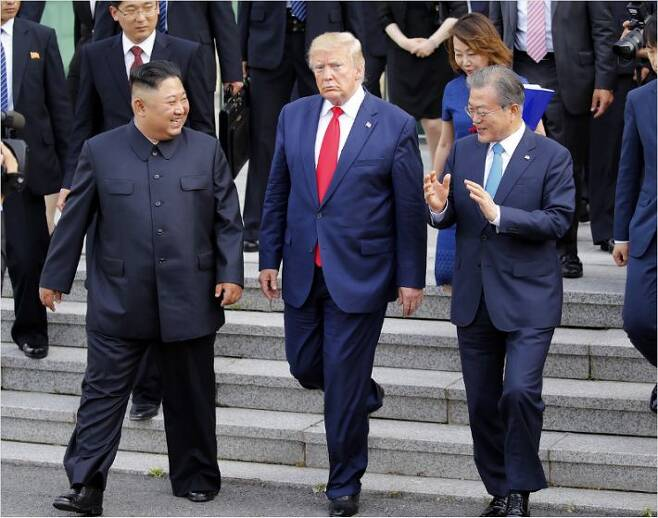문재인 대통령과 김정은 북한 국무위원장, 도널드 트럼프 미국 대통령이 30일 판문점 남측 자유의 집에서 나오며 얘기를 나누고 있다. (사진=연합뉴스)