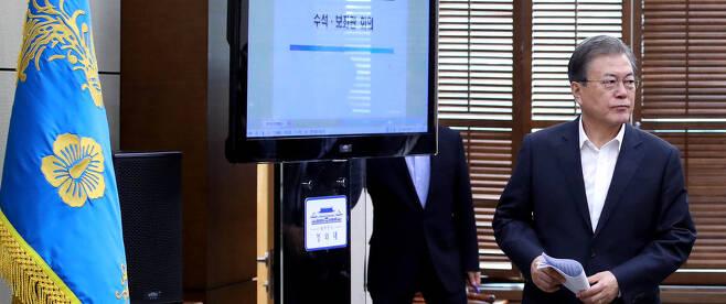 문재인 대통령이 8일 오후 청와대에서 열린 수석보좌관 회의에 입장하고 있다. 청와대사진기자단