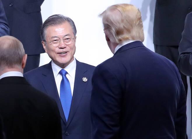 문재인 대통령이 지난 6월 28일 오전 인텍스 오사카에서 열린 G20 정상회의 공식환영식에서 기념촬영 전 트럼프 미국 대통령과 인사하고 있다. /사진=(오사카)연합뉴스