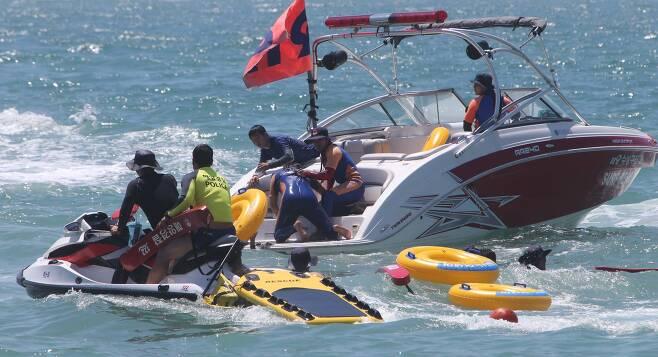 부산 해운대해수욕장에서 진행되는 이안류 대비 구조 훈련. [중앙포토]
