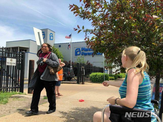【세인트루이스=AP/뉴시스】미국 미주리주가 주내 유일한 낙태(임신중단) 시술 제공 병원인 가족계획클리닉을 상대로 임신중단 면허 갱신을 거부하고 있다는 보도가 28일(현지시간) 나왔다. 사진은 지난 17일 촬영된 가족계획클리닉 모습. 2019.05.29.