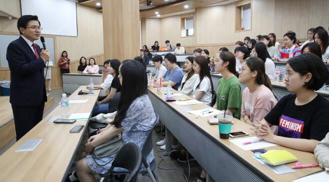 지난 6월 20일 숙명여대를 방문해 특강을 하고 있는 자유한국당 황교안 대표. 이날 그가 언급한 아들의 흙수저 스펙이 논란을 일으켰다. /연합
