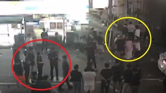 사건 현장 인근에 있던 CCTV 영상. 여성이 남성들에게 끌려다니며 폭행 당하는데도 경찰이 시민들과 함께 지켜만 보는 모습이 찍혔다. [채널A]