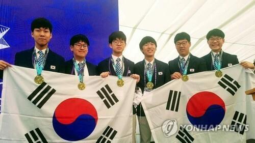 제60회 국제수학올림피아드서 한국 3위 (서울=연합뉴스) = 과학기술정보통신부와 한국과학창의재단은 11일부터 22일까지 영국 바스에서 열린 제60회 국제수학올림피아드에서 한국대표단 6명 전원이 금메달을 받아 3위에 올랐다고 밝혔다. 한국대표단 학생 전원이 금메달을 받은 것은 2012년과 2017년에 이어 이번이 세 번째다. 왼쪽부터 대표단인 조영준(서울과학고 3), 강지원(서울과학고 3), 송승호(서울과학고 3), 김홍녕(서울과학고 3), 고상연(서울과학고 2), 김지민(서울과학고 1) 학생. 2019.7.22 [한국과학창의재단 제공]