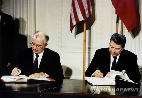 1987년 '중거리핵전력 조약'에 서명하는 미·소 정상 (워싱턴 로이터=연합뉴스) 지난 1987년 12월 8일(현지시간) 미국 백악관에서 당시 로널드 레이건(오른쪽) 미국 대통령과 미하일 고르바초프 소련(현 러시아) 공산당 서기장이 중거리핵전력(INF) 조약에 서명하고 있다. 미국이 2일 INF 조약에서 공식 탈퇴한 데 이어 러시아도 이날 이 조약의 공식 폐기를 선언했다. leekm@yna.co.kr