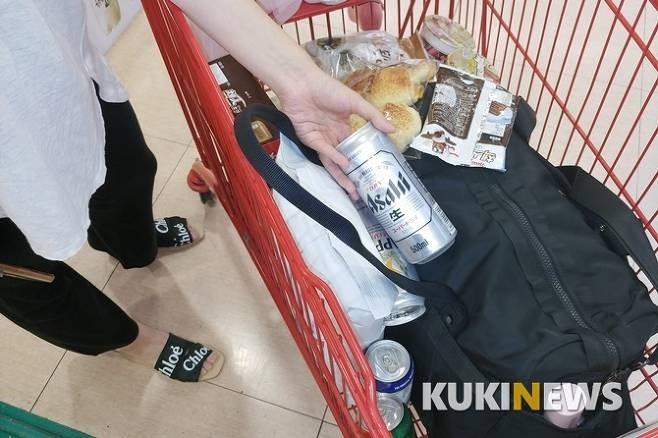 아직 개인의 소비를 중시한다며 아사히 맥주를 구입한 한 샤이재팬 고객