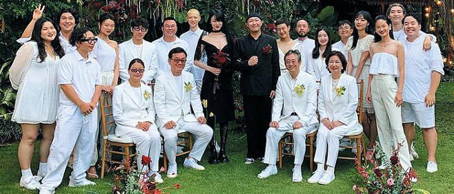 발리에서 결혼식을 올린 모델 최소라와 사진작가 이코베가 검은색 웨딩 의상을 입었다. 하객들은 신랑 신부 요청에 따라 흰색 옷으로 극적인 대비를 이뤘다. /최소라 인스타그램