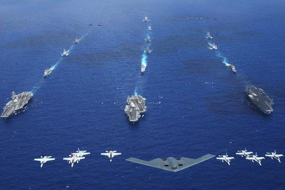 2006년 6월 필리핀해에서 미국 공군의 스텔스 전략 폭격기인 B-2 스피릿이 미국 해군의 항공모함인 키티호크함(왼쪽부터), 로널드 레이건함, 에이브러험 링컨함과 함께 '밸리언트 실드' 훈련을 하고 있다. 항공모함 3척과 스텔스 폭격기를 동원해 이런 사진을 찍을 수 있는 나라는 전 세계에서 미국밖에 없다.[사진 미 해군]