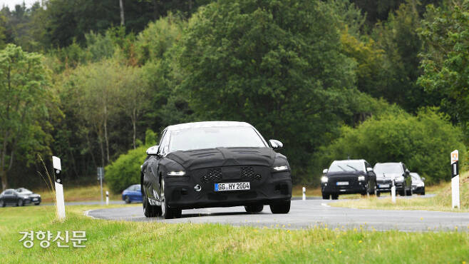 위장막으로 가린 제네시스 G80 신형이 독일 국도를 달리고 있다. 현대차 제공