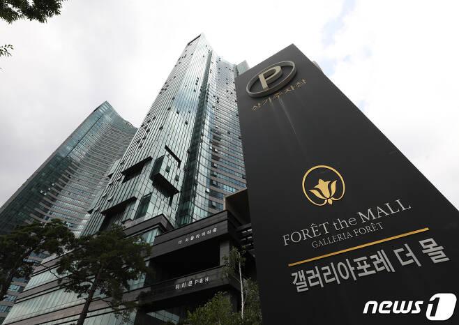 조국 법무부 장관 후보자 가족들이 74억여원 투자를 약정하고 10억5000만원을 투자한 사모펀드 '블루코어밸류업1호'와 그 운용사 '코링크프라이빗에쿼티'가 법인 등기부등본에 등록된 주소에 존재하지 않는 것으로 나타났다. 사진은 지난 3월부터 최근까지 코링크와 블루코어의 본점으로 등록된 것으로 알려진 서울 성동구 주상복합건물 갤러리아포레 상가의 모습. 2019.8.16/뉴스1 © News1 신웅수 기자
