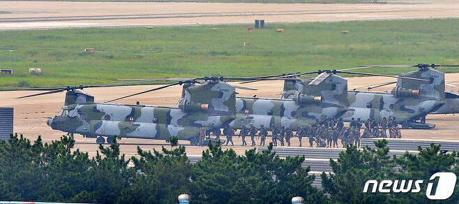 25일 오전 해군이 동해 영토수호훈련을 시작한 가운데 해병대원들이 경북 포항공항에서 독도로 이동하기 위해 육군 대형수송헬기 치누크(CH-47)에 탑승하고 있다. 독도방어훈련은 26일까지 실시된다. 2019.8.25/뉴스1 © News1 최창호 기자
