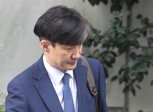 조국 법무부 장관 후보자가 25일 오후 서울 서초구 방배동 자택을 나서고 있다. 뉴스1