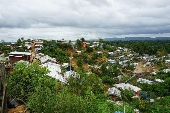 로힝야 난민촌의 외부 전경 모습. 난민들이 계속 떠밀려오면서 인근 야산까지 난민촌이 확대됐다.