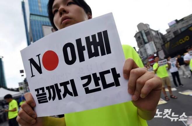 국제평화행진 대학생 홍보단이 지난 14일 오후 서울 서대문구 신촌 유플렉스 앞에서 '우리가 역사의 증인입니다'라는 주제로 퍼포먼스를 선보이고 있다. (사진=황진환 기자/자료사진)