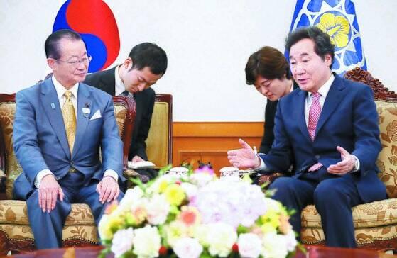 """가와무라 다케오 일·한 의원연맹 간사장은 지난 3일 열린 기자간담회에서 '한국 정부가 징용 문제 해결을 위한 '1+1+알파' 안을 8월 15일께 일본 측에 비공개로 제시했다""""고 밝혔다. 사진은 지난해 8월 이낙연 국무총리(오른쪽)가 방한한 다케오 간사장과 대화하는 모습. [연합뉴스]"""