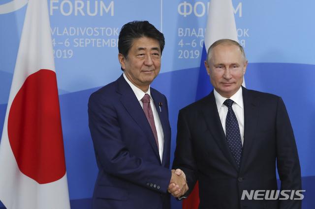 5일 푸틴 대통령과 아베 총리가 5차 동방경제포럼 참석중 정상회담을 갖으며 악수하고 있다  AP