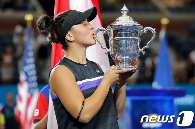 캐나다의 비앙카 안드레스쿠가 8일(한국시간) 세레나 윌리엄스(미국)를 꺾고 생애 첫 US오픈 우승을 차지했다. © AFP=뉴스1