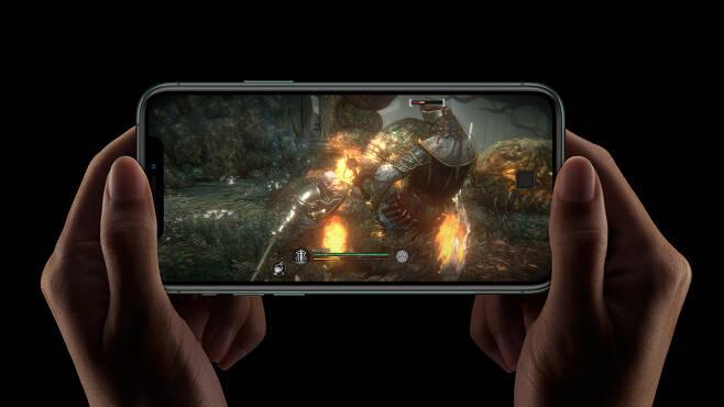 어두운 환경에서도 편안하고 선명하게 게임을 즐길 수 있는 XDR 디스플레이(애플 제공) © 뉴스1