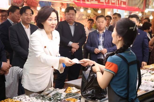 박영선 중소벤처기업부 장관이 9일 중리시장을 방문하여 전통시장 장보기 행사를 가지고 있다. /사진제공=중소벤처기업부