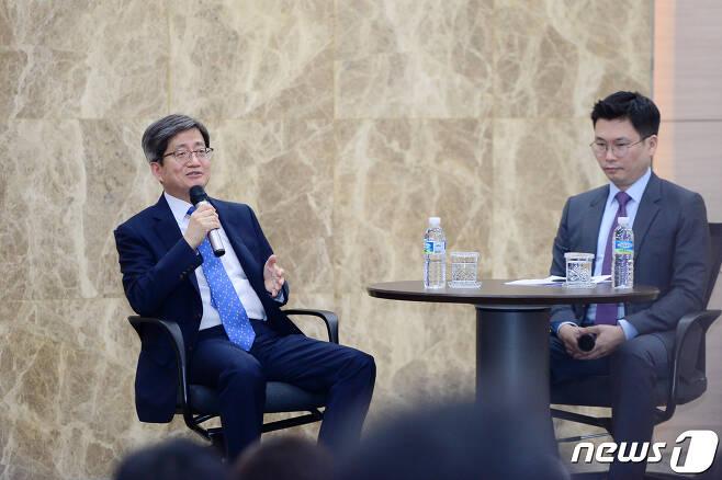 김명수 대법원장이 16일 오후 광주 전남대학교 법학전문대학교에서 열린 특강에서 '법원과 법률가는 어떤 도전을 마주하고 있는가'를 주제로 이야기하고 있다. 2019.9.16/뉴스1 © News1 한산 기자