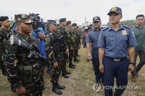 알바얄데 필리핀 경찰청장(앞줄 오른쪽) [EPA=연합뉴스 자료 사진]