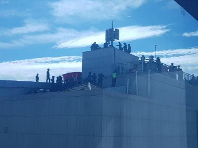 18일 오전 울산시의회 옥상에서 농성중인 경동도시가스 여성노동자들을 경찰과 소방관계자들이 애워싸고 있다. │민주노총울산본부 제공