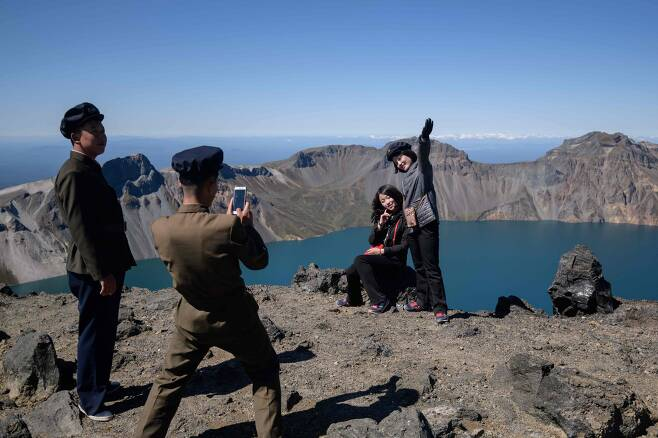 지난 11일 백두산 정상에서 북한 학생들이 기념촬영을 하고 있다. [AFP=연합뉴스]
