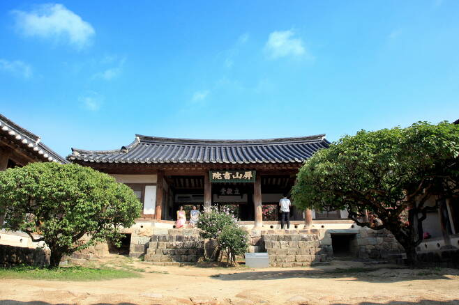 서애 류성룡과 그 아들 류진을 배향한 병산서원. 관광공사 제공