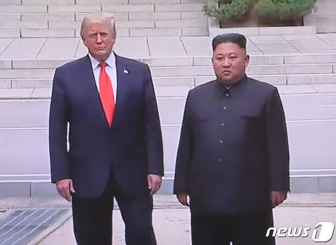 도널드 트럼프 미국 대통령과 김정은 북한 국무위원장이 30일 오후 판문점에서 회동을 하고 있다. (YTN 화면) 2019.6.30/뉴스1