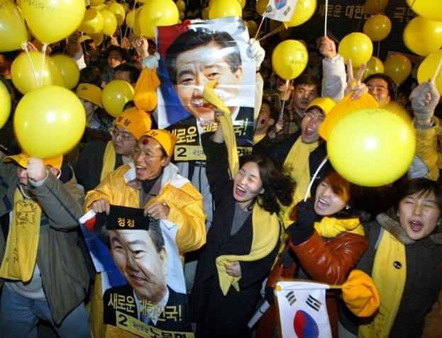 2002년 12월 19일 밤 노무현 대통령 당선자의 승리가 확실시 되자 광화문에 모여있던 '노사모(노무현을 사랑하는 사람들) 회원들이 노란 풍선을 흔들며 기뻐하고 있다. /조선일보DB
