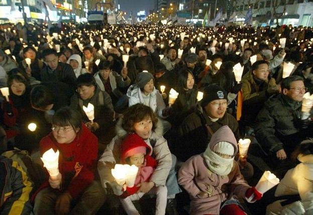 2002년 12월 31일 밤 서울 종로거리에 모인 시민들이 미군 장갑차에 숨진 효순·미선양을 추모하며 촛불로 거리를 밝히고 있다. /조선일보DB