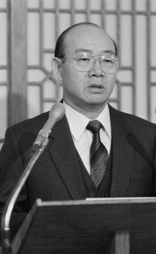 전두환 전 대통령이 1988년 11월 연희동 자택 응접실에서 기자회견을 갖고 전 재산을 헌납하겠다며 대국민사과 성명을 발표하고 있다. 연합뉴스